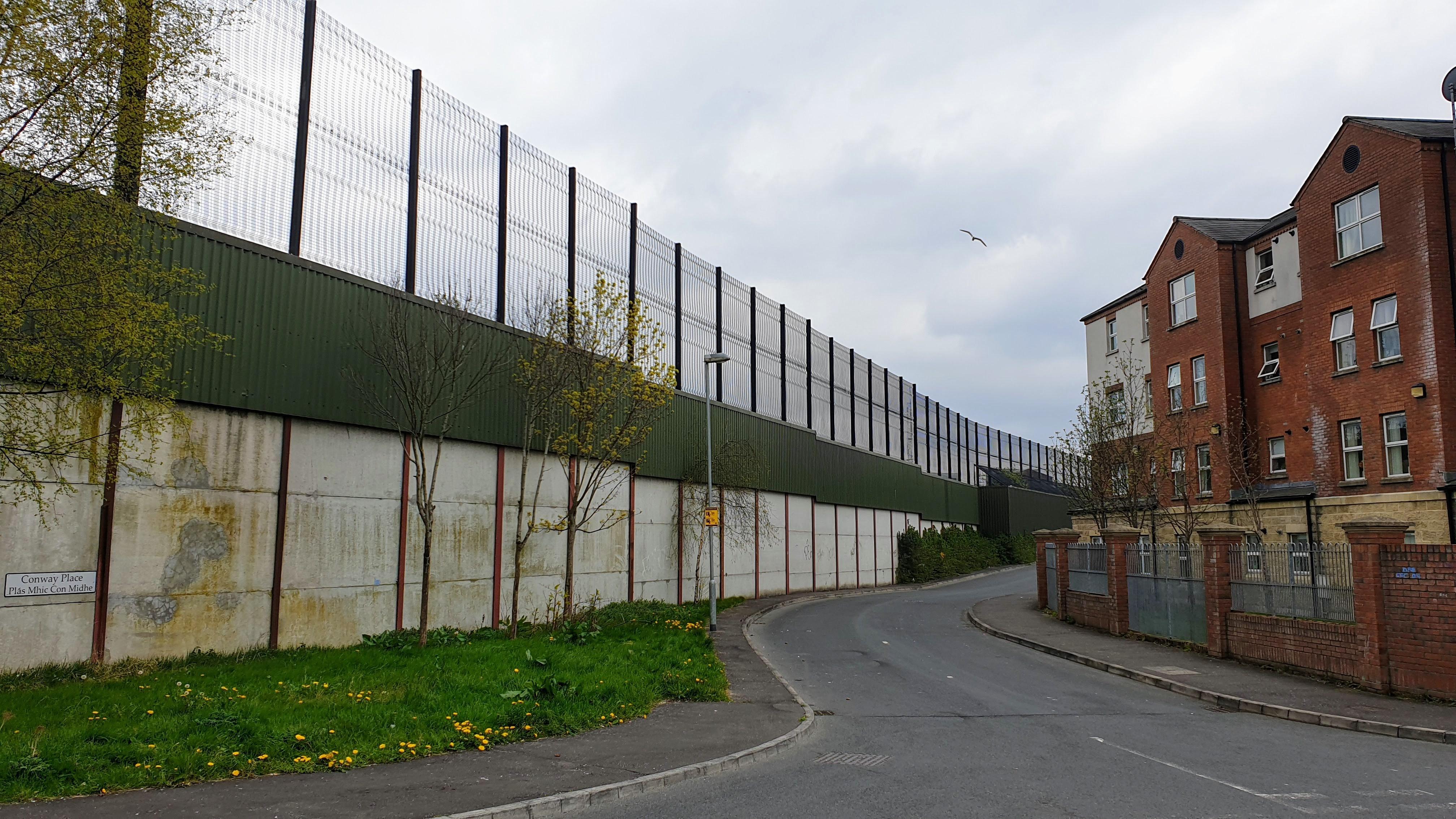 El muro divide a la ciudad de Belfast