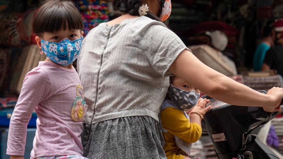 Niños en Vietnam, con cubrebocas