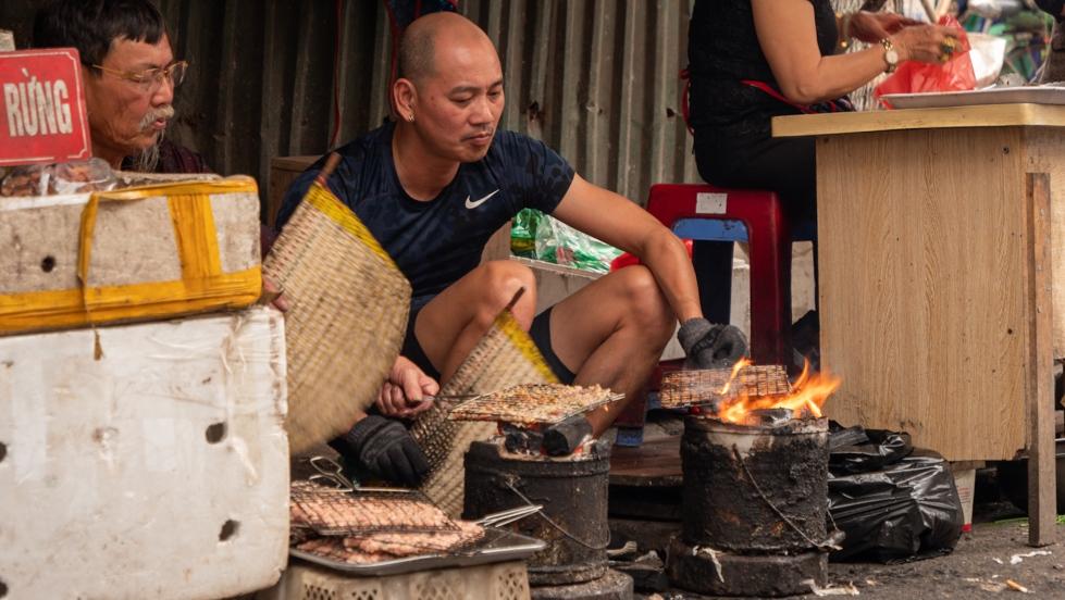 Preparación de alimentos, en el mercado Dong Xuan